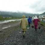2011年6月23日 大槌川河川敷にて小雨の中スコップもって作業開始